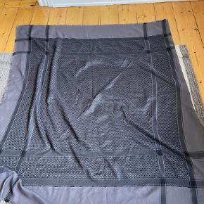 Populært tørklæde fra Saint Tropez i stil med Lala Berlin.  Mærket er klippet af, men tørklædet har været brugt få gange og i god stand.