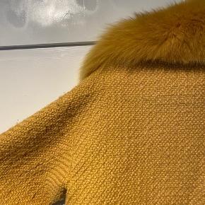 MEOTINE JAKKE SÆLGES  Jeg sælger min gule meotine jakke, hvis rette pris opnåes.   Den er i rigtig pæn stand, men der er selvfølgelig lidt brugsspor, som ikke kan undgåes på stoffet. Men pelsen fejler absolut ingenting, og det gør resten af jakken heller ikke, udover den smule fnuller på jakken  Den er en xs/s  OBS. Bytter gerne med en anden farve i xs/s, s/m  Nypris var 2000kr - BYD😁