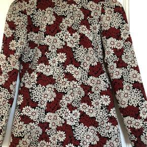 Super fin kjole i retro look fra Zara. Fejler intet. Brugt 2-3 gange. Nypris: 700,-  Har ingen billeder med den på. Bytter ikke!!