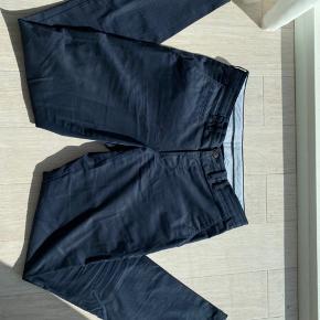 SAND chinos i mørkeblå med et diskret mønster. Bruger dem ikke, derfor sælges de. Nypris var 1200 kr.