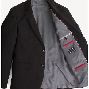 HELT NYT jakkesæt i fin uld fra Tommy Hilfiger (98% Virgin uld / 2% elestan).  Pasformen er slim fit og der er utrolig god bevægelse og stræk i materialet. Aldrig brugt og stadig med mærke i. Størrelsen er 50 og farven er sort.  Kan købes i butikkerne og på nettet nu - se gerne flere billeder, video og beskrivelse på Tommy Hilfigers hjemmeside:  https://dk.tommy.com/slim-fit-flex-technology-blazer-tt0tt02399099  https://dk.tommy.com/slim-fit-wool-suit-trousers-tt0tt02400099  Sættet koster 3.400 kr for nyt og sælges samlet til 2.000 kr (sælges kun samlet!)  Sendes i dag - gratis fragt ☀️