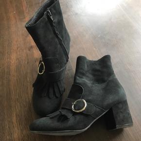 Lækre sorte ruskinds støvler med god hølhøjde  (5,5 cm). Min datter har haft dem på et par timer inden døre, så de fremstår nye.  str 37