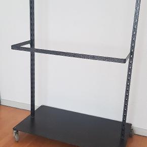 Tøjstativ med 2 indsats som kan placeres som man ønsker  Stativet er lavet af jern og kan klare stort vægt hængende.  Højde: 146 Længde: 100 Bredde: 56 cm