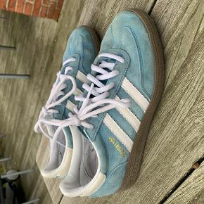 Den klassiske Adidas-sko i ruskind. Modellen er udgået nu! Str. 38 2/3. Kun brugt indendørs. Brugt, men fin stand.