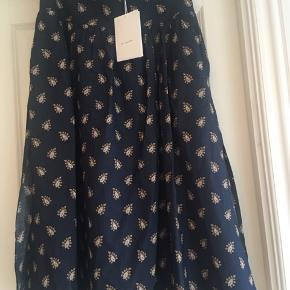 Smuk nederdel i mørkeblå med print. Nypris 3200,-  Bytter ikke