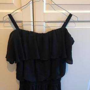 Off shoulder kjole fra designers remix i str. xs. Brugt få gange. Fremstår som ny