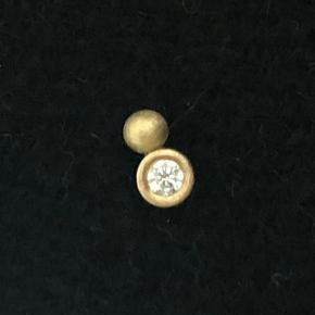 """Ørestik i 14 karat guld og hvid brillantslebet diamant topwesselton/vs på 0,03-0,05 carat (er ikke helt sikker, derfor mål). Diamant måler ca 2 mm uden fatning, 3 mm med fatning og øreringen måler ca 5 mm på """"langs"""".  Håndlavet af guldsmed Giorgi&Hein.  Pris: 1400pp via mobilepay."""