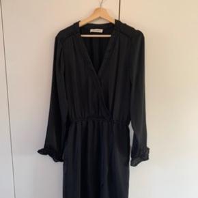 SÅ smuk en kjole, men som jeg desværre ikke kan passe. Spørg gerne:)