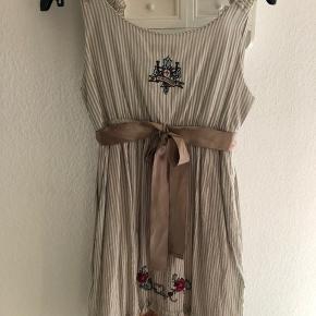 Super sød og fin sommer kjole med rigtig mange søde detaljer fra Odd Molly str. hedder 1, brugt 2 gange.