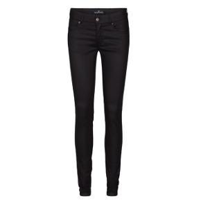 Sorte jeans fra Designers Remix i coated denim. Str. 28  God stand