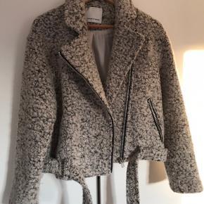 Kort jakke fra Samsøe. Modellen hedder Victoria jacket 8264. Brugt, men stadig i fin stand.  Befinder sig i Aalborg C. Skriv for billeder eller info - byd gerne.