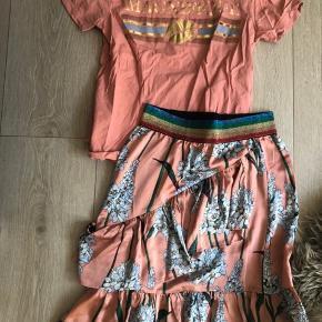 Fin sæt fra sofie schnoor. T-shirt er str s og nederdel xs sælges samlet for 375 kr