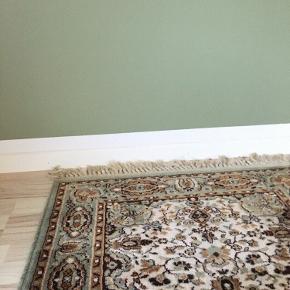 Sælger det her overordentligt fede, retro gulvtæppe. Tæppet er ægte, og så vidt jeg ved håndlavet. Har været glad for det og dets vibe hehe, og det sælges udelukkende grundet ny værelsesindretning.😌