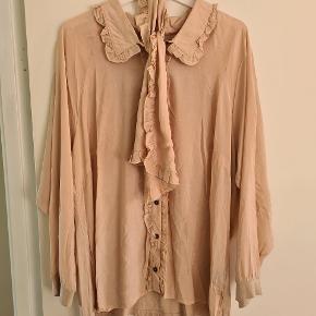 Fineste flæseskjorte med ekstra tørklæde. Stoffet er viskose foran og jersey bagpå. Brystmål = 65 cm x e Længde = 68 cm. Har 2 stk i beige og 2 stk i sort.
