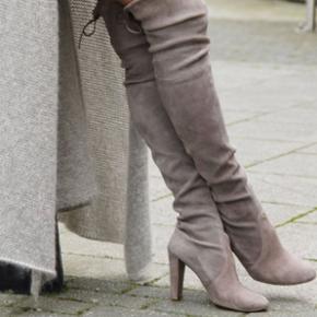 støvler sko boots suede Stuart Weitzman over the knee boots Mine støvler er i sort farve Brugt 2 gange Hælhøjd —> 9 cm Str 40 (men passer 39!) ❗️Np over 5000kr❗️ ❗️Mp 2000kr❗️ Det var en gave, men det passer ikke mig! 😫  Jeg kan bytte med Celine, Christian Louboutin, Stella McCartney, Gucci, Chanel, Balenciaga, Calvin Klein, Acne, wood wood, DAY, 2 Day, Designers remix, Giuseppe Zanotti, Tiger of Sweeden, Alexander Wang, IRO, Nike  🙋🏼♀️ Se også mine andre annoncer og følg mig✔️