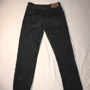 Jeans, Levi's, str 31/30 - lange i benene i forhold til andre i str 30. Svarer til ca 31/32 i størrelsen. Farve er mørk grå/grønlig