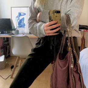 Smuk Stella McCartney taske, med lidt tegn på brug. Har været rigtig glad for min taske, men føler ikke jeg får den brugt nok. Der er lidt tegn på brug indvendig og udvendig, dog er jeg ret sikker på at det bare kan fjernes med lidt Ajax. Tasken er dejlig rumlig og en computer er der sagtens plads til :-)