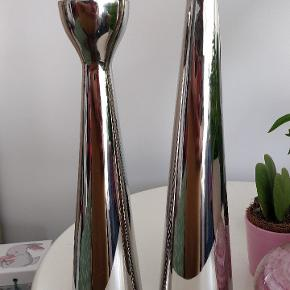 2 styks Sølv fyrfadsstager fra magasin  2 rigtig flotte stager Højde 27 cm. og 32 cm.  Nypris pr. styks i magasin 299.- & 279,-  Matriale Metal/Sølv