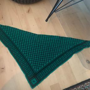 Sælger dette grønne tørklæde fra Lala Berlin, fordi jeg selv har købt et nyt. Brugt få gange, men dejligt varmt og flot farve :)