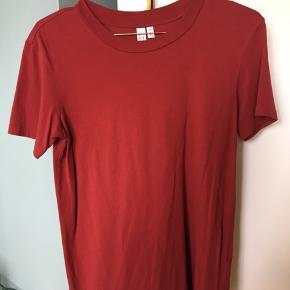Sælger min fine røde t-shirt fra & Other Stories da jeg dsv ikke får den brugt, den er kun brugt få gange og vasket en til to gange.  Bytter ikke.   #Secondchancesummer   #30dayssellout