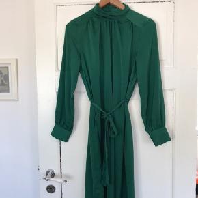 Flotteste elegante kjole i grøn med bindebælte og knapper i nakken. Passer også en str. 36 (er jeg selv)