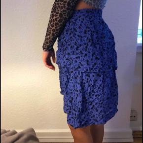 Sælger for veninde: Sælger min super fine og sommerlige blå nederdel. Den er brugt en' gang og er fin som ny. Passer en small/medium  BYD!