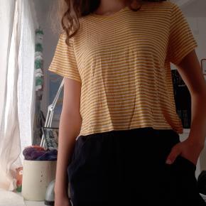 Gul-og hvid stribet T-shirt i str. M men kan sagtens fitte s/xs, da den er lidt cropped og derfor lidt lille i str🌸