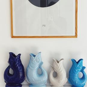 G L U K . G L U K 🏝 De blå modeller 🌊 ~ de store kan indeholde 1,3 L // 27 cm høj 〰️ de små 700ml og 23 cm høj // og husk, når du bruger den som kande - så glukker den når du hælder fra den. 💧 485,- 💧585,-   Sender gerne 📦