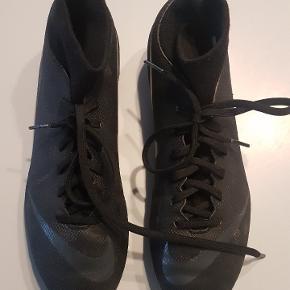 Flotte NIKE fodboldstøvler; meget lidt brugt; til kunstgræs str 40,5