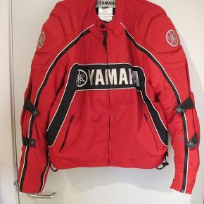 MC jakke til kvinder i str M. Alle kevlar plader er på deres plads. Sælges grundet salg af cykel.