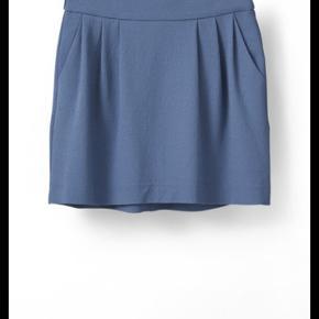 Super fin Ganni nederdel som jeg fik i gave før sommer, men den var for stor og har ikke kunnet passe den og det kan jeg heller ikke lige nu desværre, derfor må den have en ny ejer - der er stadig originale tags på. Bud er velkomne