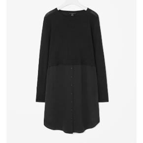 Kjolen er navy/mørkeblå Se også mine andre annoncer med bl.a kjoler fra Cos, Zara og Moss Copenhagen