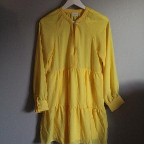 Sælger denne helt uoimodståelige påskegule kjole. kun brugt 1 gang! kjolen har en lille knap og snor jeg selv har syret på, fordi jeg personligt syntens den blev for åben. jeg kan dog sagtens tage det af uden at det har nogen eftervirkning hvis man ønsker det(:  Den er i str 34, men fitter nemt en str 36
