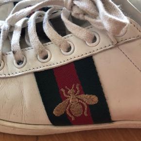 Rigtig flotte og velholdte Gucci sko med original kasse sælges til 2100kr  Ny pris 4000kr. Kan desværre ikke finde kvitteringen.