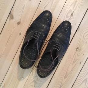 Sorte læder sko med lilla snørrebånd fra Paul Smith.   Nypris 2500,-