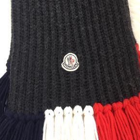 Mørkeblå Moncler tørklæde sælges. Brugt enkelte gange. Er helt som ny.