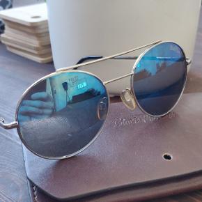 Lækre solbriller fra Black Phoenix, de er lettere brugte men har masser af levetid og ingen fejl.  Medfølger et lækkert etui.   Kan hentes i Hillerød Eller sendes gennem tradono eller GLS.   Skriv endelig