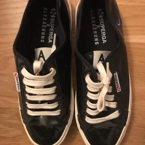 Nye sneakers sort lak, design samarbejde med alexa chung