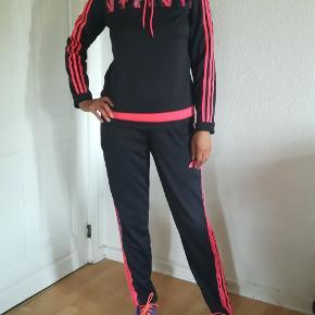 Helt sæt.  Adidas træningsæt sælges samlet.  Mp. 450kr. Plus porto. Handler gerne med mobilepay.