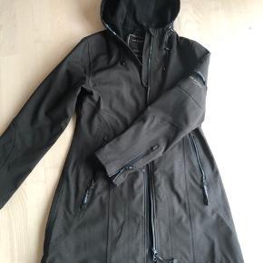 Rigtig lækker jakke fra Ilse jacobsen. Der står raincoat i den, men den kan sagtens bruges som en almindelige overgangsjakke.