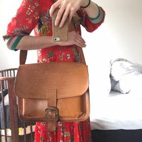 Lækker retro kernelædertaske med patina.  Der er pletter og ridser, men den er stadig super fed og ikke nusset