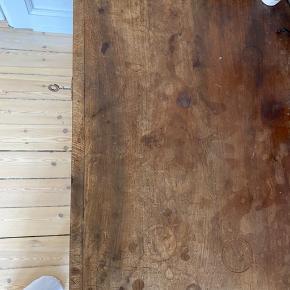 Super smuk vintage kommode i god massivt træ og mørk olie. Har rigtig flot patina. Sælger den da jeg skal flytte og ikke har plads det nye sted 😭 Højde:87,5 Bredde: 81,5 Dybde: 45  Kan afhentes på amagerbro
