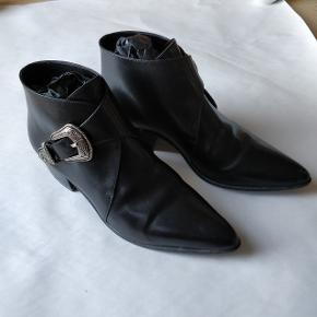Fede støvler fra Saint laurent Paris fra dengang  Hedi Slimane var kreativ direktør. Hedi har hente inspiration til støvlerne fra western kulturen, og de er utvivlsomt fede. Støvlerne går godt i spænd med et par sorte slim jeans. Str 39