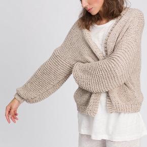 Jeg strikker denne cardigan på bestilling. Den strikkes med to tråde økologisk merino, som er den blødeste form for uld. Ingen krads, ren luksus.  Cardiganen er blød og varm, med en oversize  pasform. Den kan strikkes i XS / S / M / L / XL. Vælg imellem fire farver.   Jeg sender en vaskeguide(det er meget nemmere end man tror)- med den rette behandling, har du sweateren resten af livet.   Da ventetiden afhænger af mængden af ordre, må du spørge for at få den korrekte produktionstid. Normal produktionstid 1-2 uger. Sendes fra København til hele Danmark, vælg imellem Postnord, DAO og GLS.