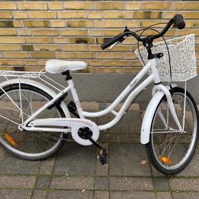 Børnecyklen er blevet brugt et par gange for nogle år siden, men har siden da ikke blevet brugt mere. Der er næsten ingen mærker eller slid og den kører helt som den skal. Der medfører kurv med, som ses på billederne.