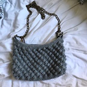 Crossbody taske fra SAIS Handmade. Sælges da jeg ikke bruger den længere, og da jeg synes den er for fin til bare at hænge hos mig. ☺️🌸