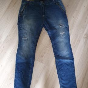 Fede jeans fra zizzi med 2% elastane. Er brugt et par gange, men desværre for store. Livvidde 109 cm Længde 82 cm  BYD gerne - kig forbi mine andre annoncer og spar penge på også på portoen 😉