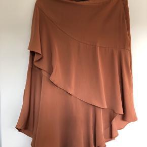 Lækker nederdel i blød 50% viskose/50% polyester kvalitet.   Byd gerne