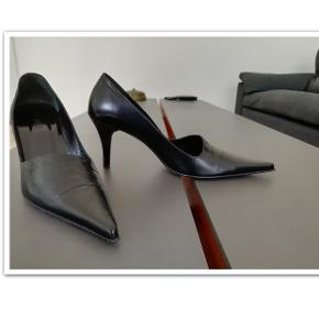 Bytter ikke! Flotte og elegante sko fra mærket: Oxitaly Vero Cuoio. Størrelsen er en normal str. 38½.  Hæl højde 8,5 cm. Farve: Sort Oprindelig købspris: 1700 kr. Fremstår som nye. Jeg har kun haft den på en gang.