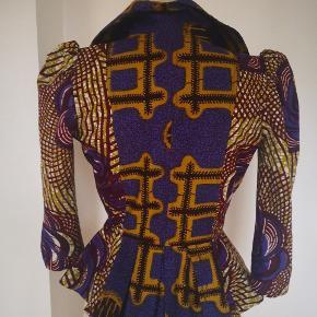 Christie Brown afrikansk jakke fra den designer fra Ghana som bor i Paris. Størrelse UK 10 som er ca 36 - 38. Mega fed stof og snit.